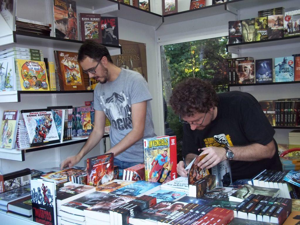 Juan y Diego firmando ejemplares
